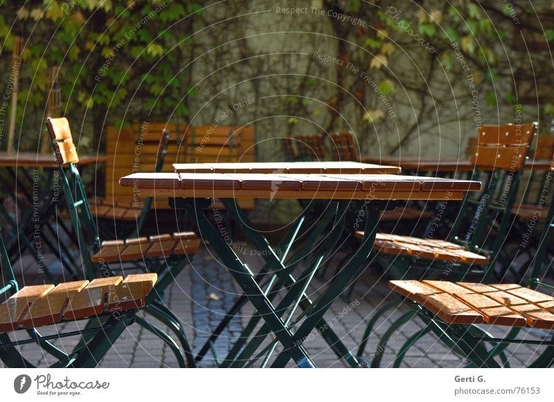 da wär dann der Tisch :-) Herbst Holz sitzen Tisch Schönes Wetter Jahreszeiten Stuhl Gastronomie herbstlich Biergarten Kneipe Gartentisch Biertische Gläserrücken