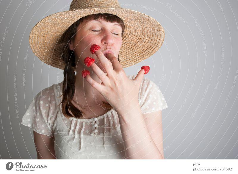 himbeerschmaus I Jugendliche Sommer Junge Frau Freude Gesunde Ernährung feminin Glück Gesundheit Essen Freizeit & Hobby Zufriedenheit Frucht genießen Ernährung Lebensfreude süß