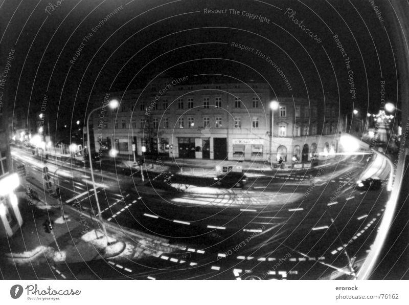 reileck Fischauge Aussicht analog Nacht dunkel Laterne Verkehr Winter Verkehrswege Fahrzeug Straßenverkehr Straßenkreuzung Asphalt Schnee Schwarzweißfoto b/w