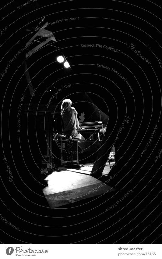 Blick aus dem Backstage Konzert Jazz Kunst Orgel Klavier Open Air Bühne Musiker Schwarzweißfoto Einsamkeit groove rastas solist Künstler