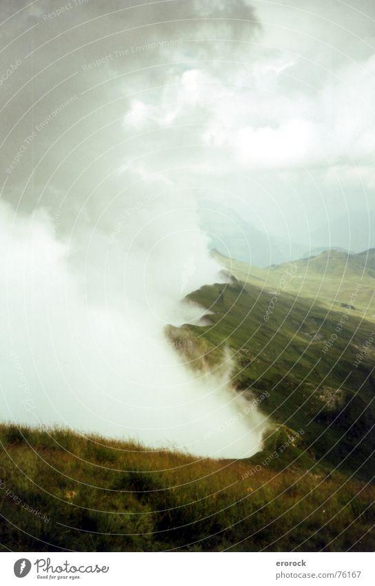 am kamm entlang Sommer Wolken Berge u. Gebirge oben Nebel frei Gipfel Schweiz analog Kamm