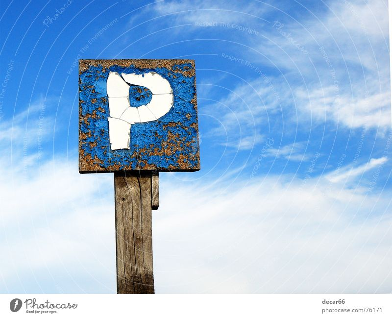Sky parking Himmel Route 66 springen Holzmehl Hinweisschild sign sky car road weathered cloud clouds blue deteriorated space copy copyspace blau