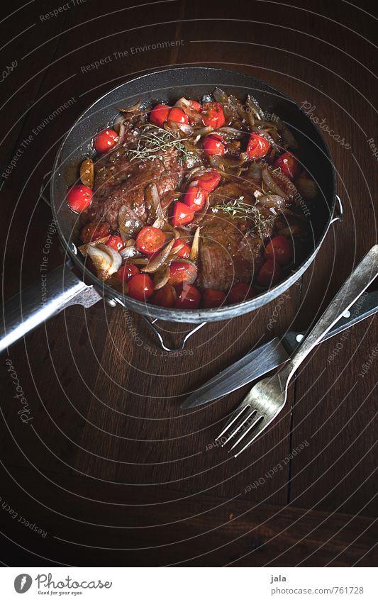 steakpfanne Lebensmittel Fleisch Gemüse Zwiebel Steak Tomate Ernährung Mittagessen Pfanne Besteck lecker Holztisch Appetit & Hunger Farbfoto Innenaufnahme