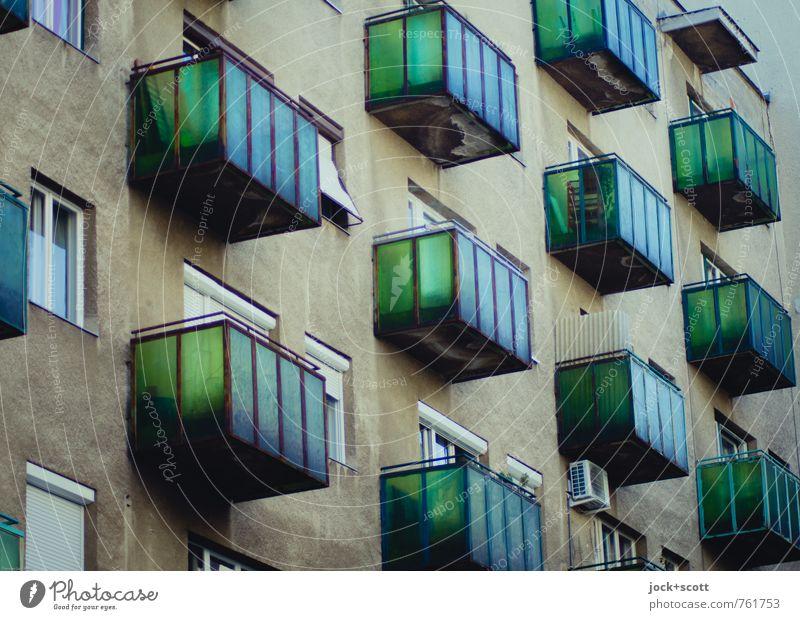 Fassadengrün Architektur Stadthaus Gebäude Balkon Klimaanlage eckig Originalität retro viele braun Einigkeit authentisch Stil Vergangenheit durchsichtig
