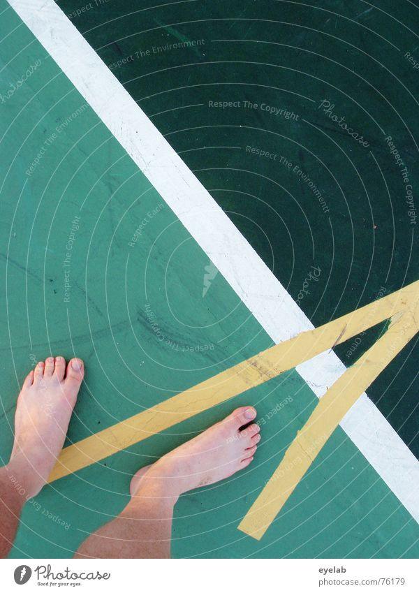 Turnschuh vergessen ? Sitzen, 6 ! Ferien & Urlaub & Reisen grün Sommer weiß Freude gelb Sport Spielen Beine Fuß Linie rund Hoffnung Barfuß Mischung Tennis