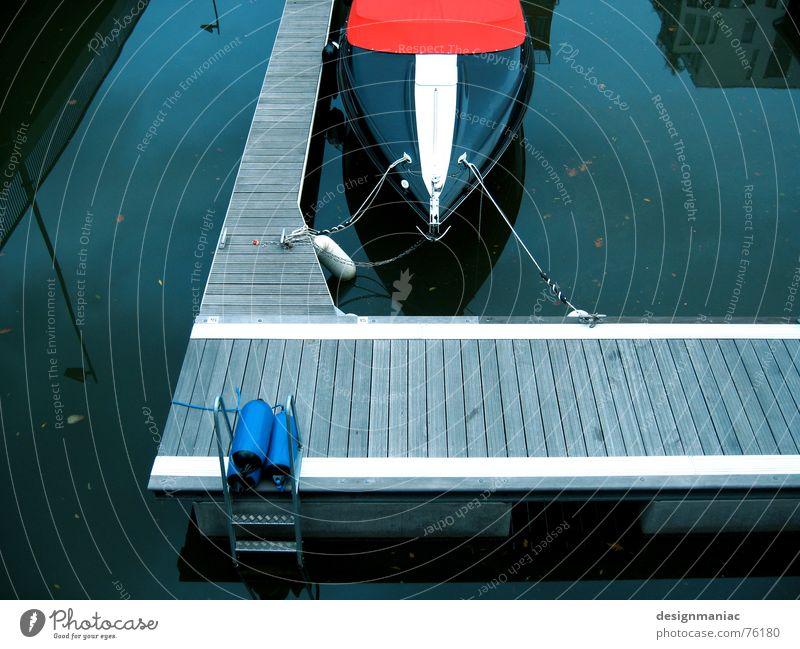 Das Boot Wasser weiß blau rot Haus schwarz Lampe dunkel kalt grau Wasserfahrzeug warten dreckig Deutschland Seil leer