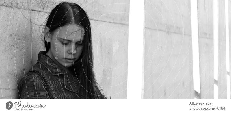 Windschatten Closeup Frau Mädchen Wand Beton schwarz weiß Außenaufnahme schwarzhaarig Schüchternheit Einsamkeit trist grau Schwarzweißfoto Haare & Frisuren