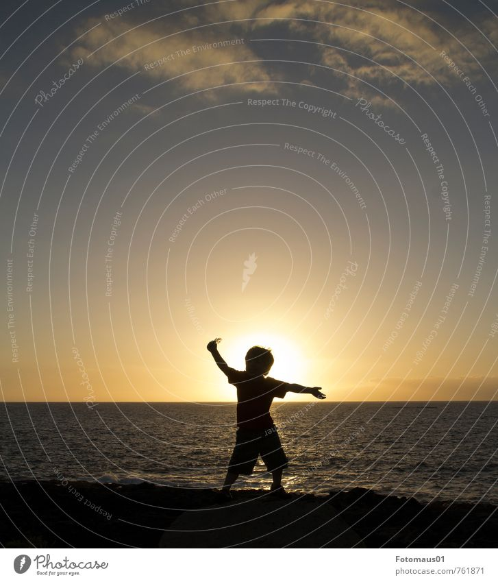 Silhouette II Lifestyle Ferien & Urlaub & Reisen Freiheit Sommer Meer Mensch maskulin Kind Leben 1 3-8 Jahre Kindheit Himmel Sonnenaufgang Sonnenuntergang