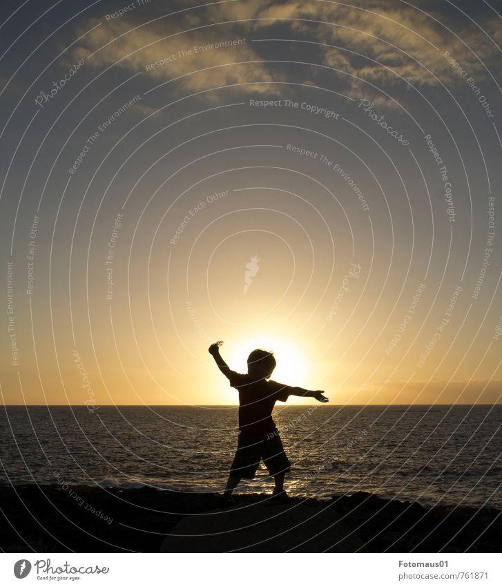 Silhouette II Mensch Kind Himmel Ferien & Urlaub & Reisen blau Sommer Meer Freude schwarz Leben Gefühle Freiheit Glück Stimmung maskulin orange