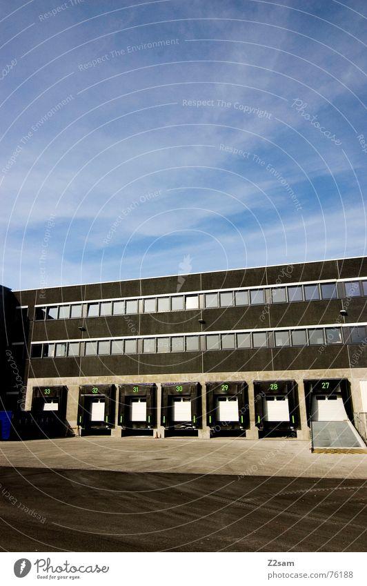 loading ramps Sonne blau Sommer Haus Wolken Straße Gebäude braun Tür Verkehr Güterverkehr & Logistik Fabrik Ziffern & Zahlen Lastwagen Ladengeschäft Tor