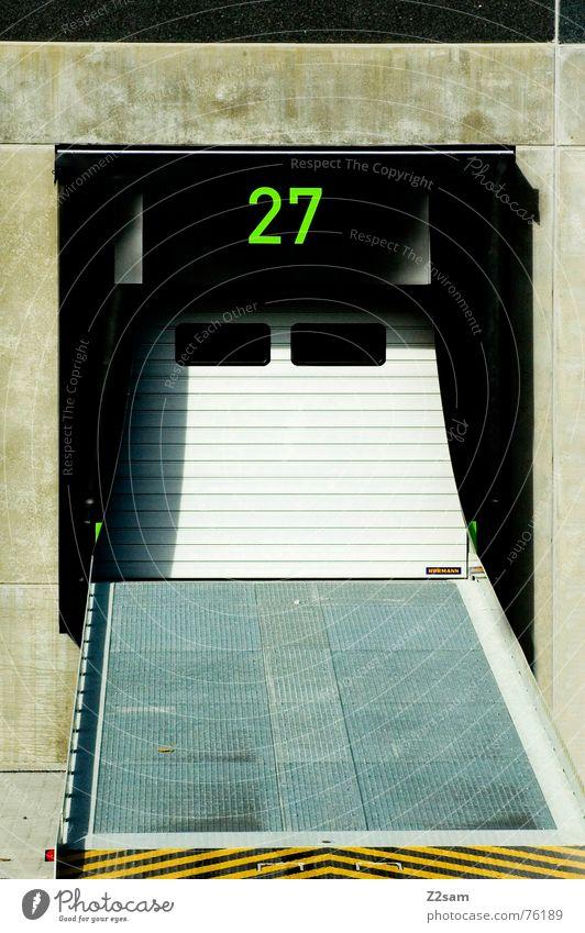 loading ramp 27 Laderampe Rampe Lastwagen Versand entladen Verkehr Güterverkehr & Logistik Spedition Ziffern & Zahlen Wolken Sommer braun Autobahnauffahrt Haus