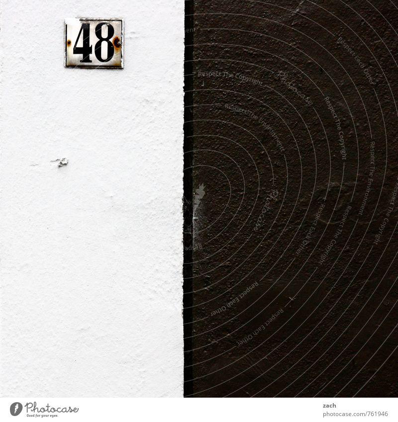 Schwarzweißfotografie Haus schwarz Wand Mauer Architektur Gebäude Linie Fassade Häusliches Leben Schilder & Markierungen Schriftzeichen Hinweisschild