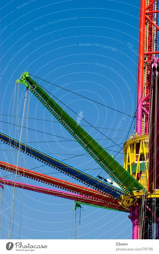 vierarmiger bandit Fahrzeug Fahrgeschäfte rot grün violett mehrfarbig abstrakt Himmel aufhängen dreiarmiger bandit einarmiger bandit krahn karussel blau Farbe