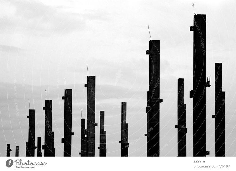 zweierreihe lang Himmel 2 Baustelle Reihe reihe und glied aufstellen Pfosten Baugerüst Metall sky Schwarzweißfoto mehrere