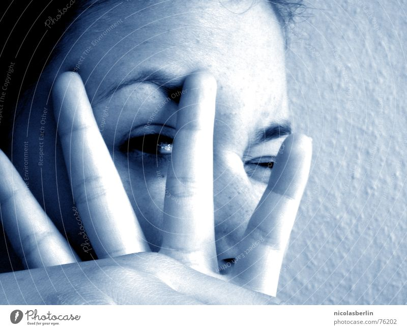Do You Wanna Frau Hand Jugendliche schön weiß blau Freude Gesicht ruhig schwarz Auge Finger Frieden lügen