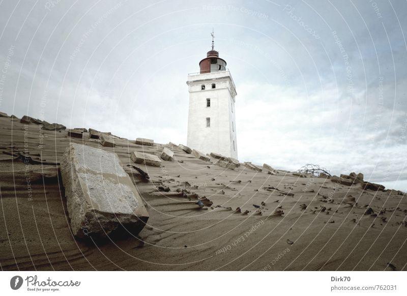 Im verfallenen Reich blau alt weiß Einsamkeit rot Wolken dunkel Küste Stein Sand braun Verkehr bedrohlich Turm Vergänglichkeit Verfall