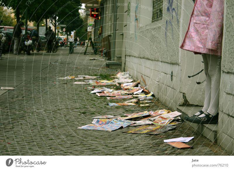 *** Kind Mädchen Stadt Straße dunkel Berlin rosa Zeitung Medien Prenzlauer Berg