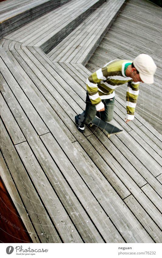 skater gestreift Pullover Baseballmütze Mensch scaten scater scateboard Skateboarding Sport street Bewegung holzbühne holztreppen skate-session