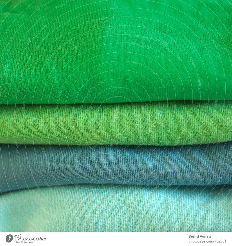 sauber Wäsche Bekleidung Waschen Wäsche waschen grün blau Textilien Stoff Fuge Stapel hell positiv Duft Farbe Tag Innenaufnahme Haushalt warten Häusliches Leben
