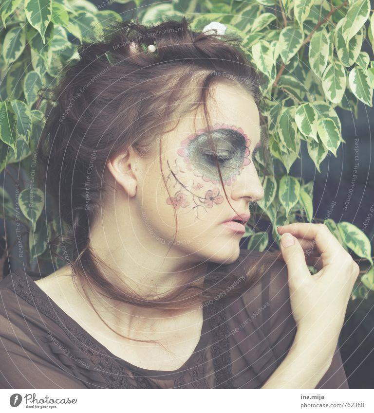 verträumt Mensch Frau Kind Jugendliche grün Einsamkeit Junge Frau Blatt 18-30 Jahre Erwachsene Gesicht feminin Haare & Frisuren braun träumen 13-18 Jahre