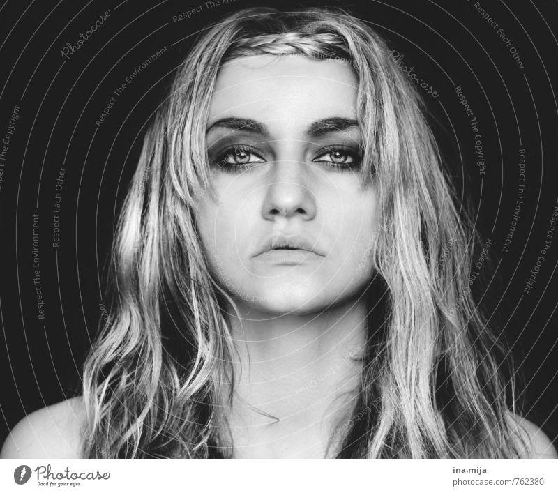 Gesicht einer jungen Frau schön Mensch feminin Junge Frau Jugendliche Erwachsene 1 18-30 Jahre 30-45 Jahre Haare & Frisuren blond langhaarig Perücke Gefühle