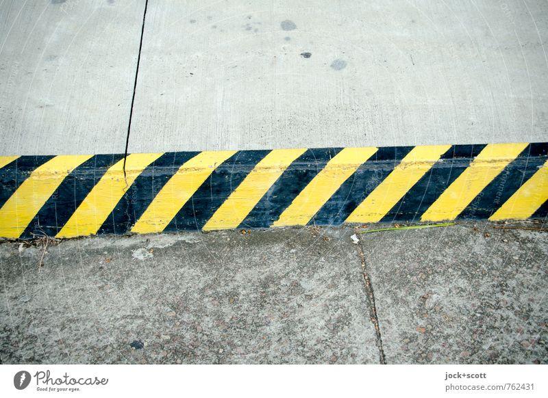clearway Verkehrswege Straße Straßenrand Straßenbelag Beton Verkehrszeichen Streifen eckig fest lang Originalität gelb schwarz diszipliniert Design Kontrolle