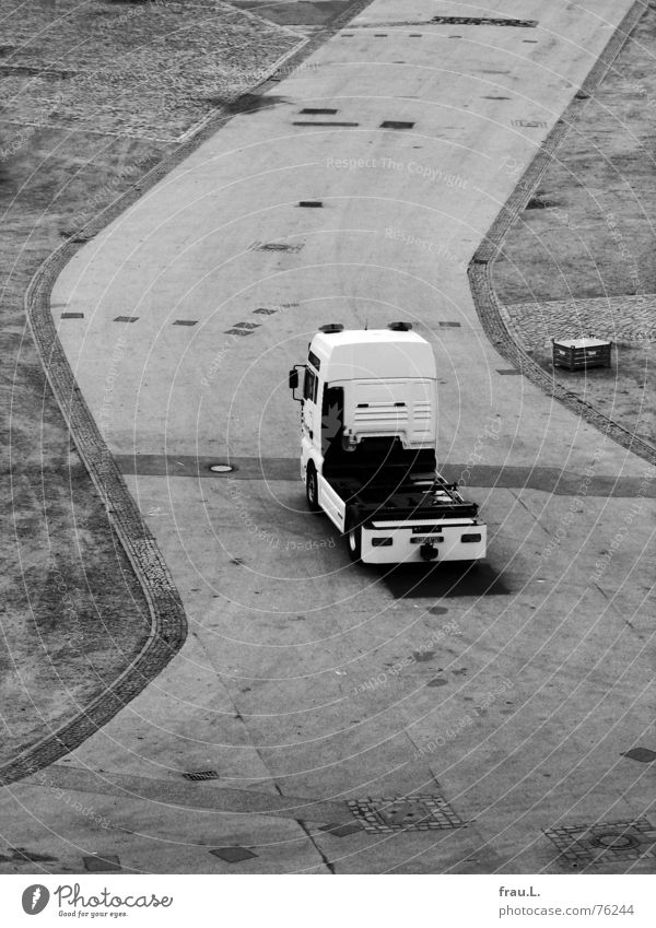 LKW Führerhaus Lastwagen Zickzack entladen Schausteller Zufahrtsstraße Platz Jahrmarkt Konstruktion Arbeit & Erwerbstätigkeit Straßenbelag Asphalt Fahrgeschäfte