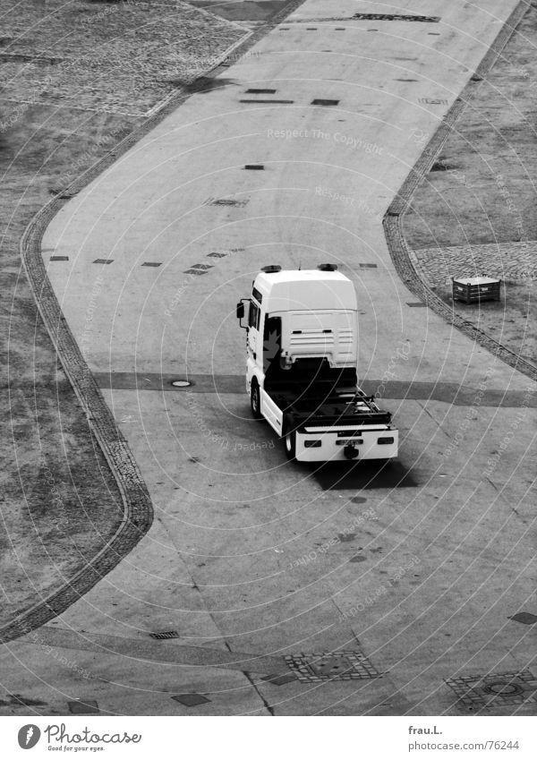 LKW Straße Arbeit & Erwerbstätigkeit PKW Verkehr Platz Asphalt Lastwagen Jahrmarkt Konstruktion Straßenbelag Dom entladen Kirche Zickzack Fahrgeschäfte Schausteller