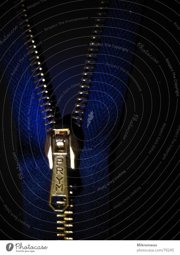 mach mich auf blau schwarz dunkel Beleuchtung glänzend Sicherheit Bekleidung Zähne geheimnisvoll Zusammenhalt schließen Reißverschluss Makroaufnahme Verschluss