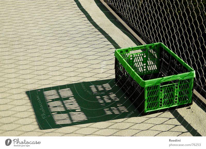 ausgesetzt Kiste Schatten Behälter u. Gefäße Güterverkehr & Logistik Design Korb Einkaufskorb aufklappen Gitter Einsamkeit Kofferraum Gepäck Beton Am Rand