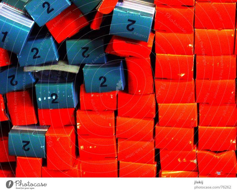 17 plus rot 2 4 6 8 10 12 14 Verpackung senden Schaufenster Paket Geschenk Ziffern & Zahlen Stapel durcheinander chaotisch Fuge aufeinander Überdosis umfallen