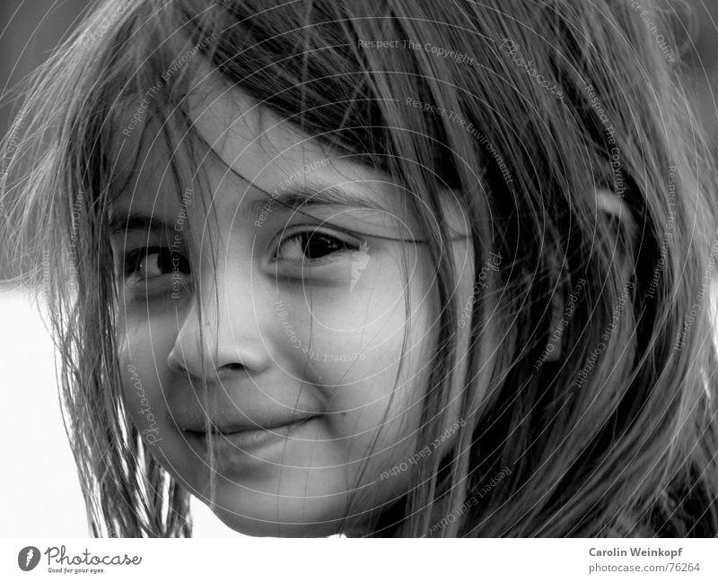 Die Unschuld vom Lande. Sommer klein Mädchen Kind Verschmitzt brünett Silhouette Porträt süß amelie lachen dunkle große augen schmodder um den mund Halbprofil