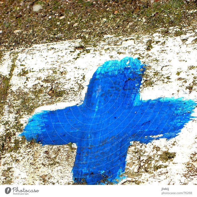 Deutsches Blaues Kreuz Bordsteinkante Weinberg Asphalt weiß Rechteck kalt Plus gezeichnet gemalt Hinweisschild blau Farbe Rücken Straße blue cross wine street