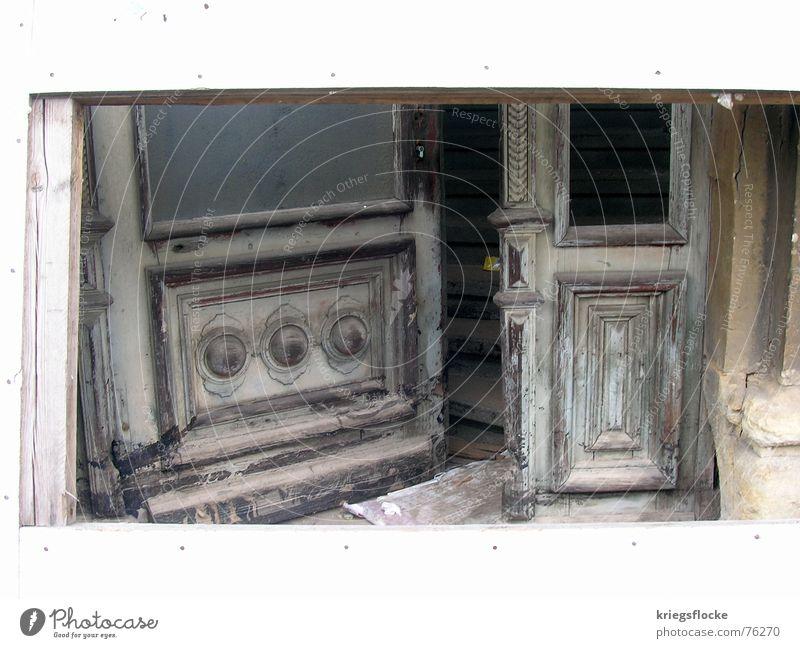Türrahmen alt weiß Haus Farbe Holz grau Tür offen kaputt streichen gesperrt Eingangstür