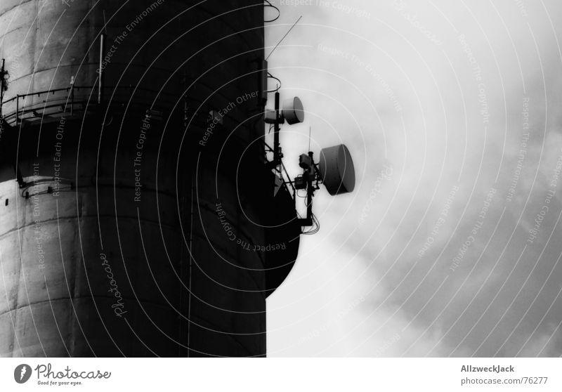 Der Lauschangriff Antenne Wolken Außenaufnahme schwarz weiß Funktechnik hören Schornstein Turm Himmel Schwarzweißfoto funkantenne Funken