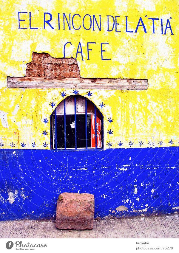 El rincón de la Tia Café gelb Fenster Mexiko verfallen Buchstaben Schriftzeichen old blue stone street window Kitsch alt blau Stein Straße