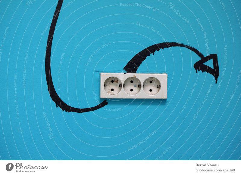 Energiewende Zeichen Graffiti blau schwarz weiß Steckdose Elektrizität Energiekrise Erneuerbare Energie schlangenförmig Pfeil schwungvoll Altbau Kurve