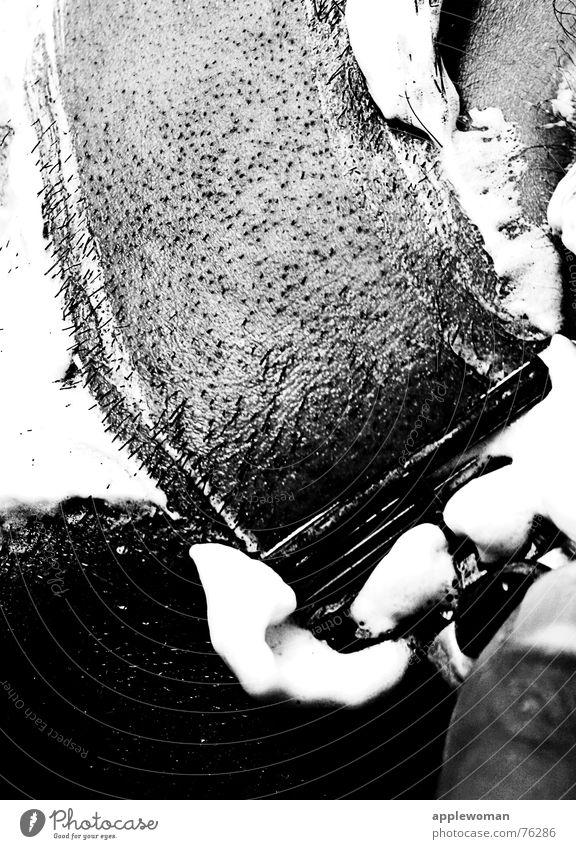 haar.scharf Mann Nassrasierer Schwung Rasieren Schaum weiß Rasierschaum Wange Zeigefinger gehen Barthaare Gesichtspflege Bad Reinigen Körperpflege frisch Linie