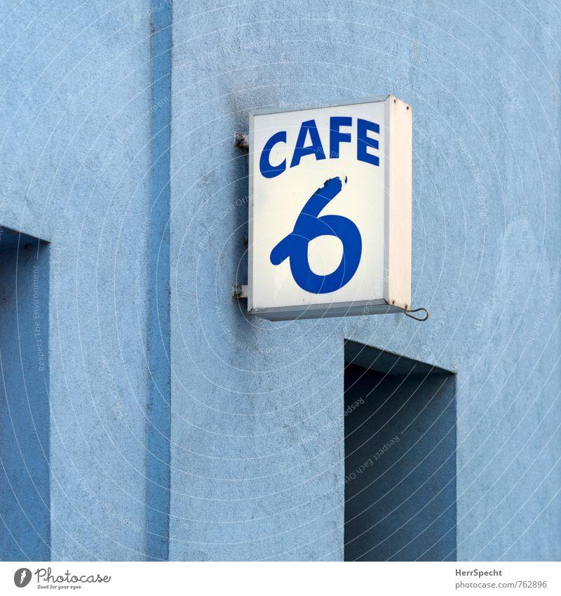 Blaulichtmilieu blau weiß Haus Wand Mauer Gebäude Fassade trist Schilder & Markierungen Schriftzeichen retro Ziffern & Zahlen Bauwerk Café Stadtzentrum eckig