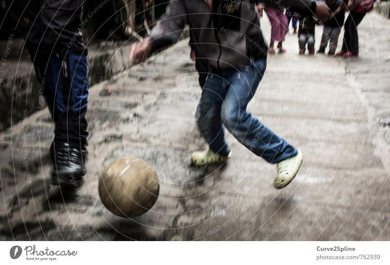 Streetsoccer Sport Fußball Ball maskulin Kind Junge Beine Spielzeug Bewegung Dynamik Straße Pflastersteine Jeanshose Nepal lukla Spielen Freizeit & Hobby