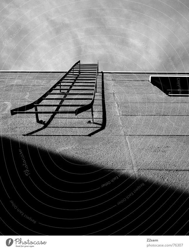 Stairway to heaven II Feuerleiter Haus Wand Fassade Fenster Leitersprosse Geometrie einfach Rollo Himmel stairway stairs Treppe Linie aufwärts Schatten Metall