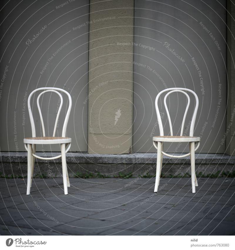 Zwei Stühle – keine Meinung Wohnung Umzug (Wohnungswechsel) Möbel Stuhl Menschenleer Mauer Wand Stein Beton sitzen Zusammensein grau Trennung Farbfoto