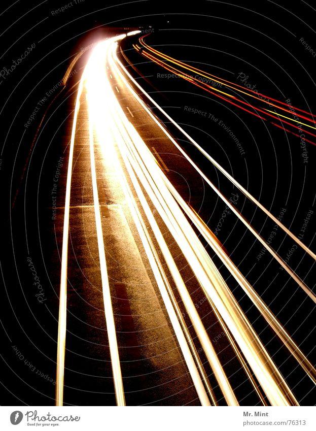 lichtGeschwindigkeit Licht Autobahn dunkel Nacht Langzeitbelichtung Rücklicht Lastwagen weiß Spuren Abend Scheinwerfer Lampe