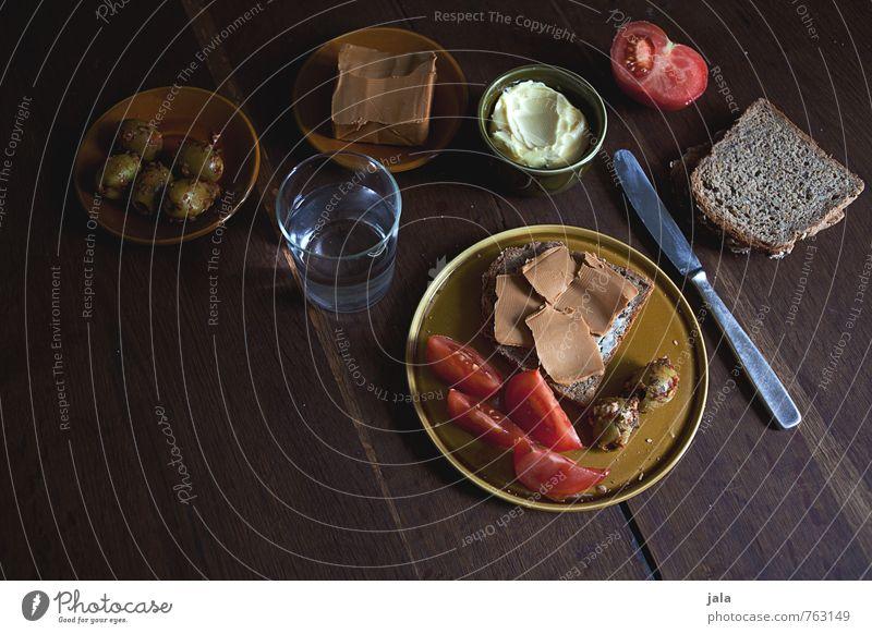 brotzeit Lebensmittel Käse Gemüse Brot Butter Tomate Oliven Ernährung Abendessen Vegetarische Ernährung Getränk Trinkwasser Geschirr Teller Glas Messer frisch