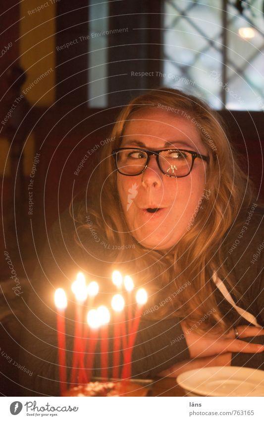 luftholen Kerzen Frau pusten Geburtstag brennen feiern Party