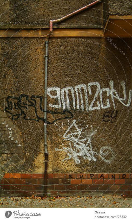 Balkonentwässerung Gebäude Haus Fassade Putz Mauer Fallrohr Graffiti Kopfsteinpflaster Sockel Friedrichshain putzschäden balkonentwässerung regenfallrohr