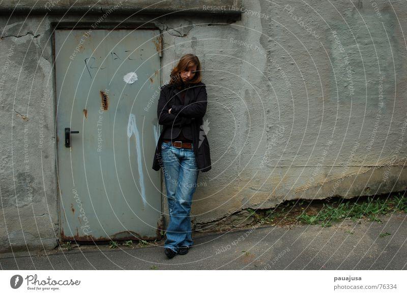 Missing Gedeckte Farben Außenaufnahme Tag Zentralperspektive Ganzkörperaufnahme Blick nach unten Frau Erwachsene 1 Mensch 18-30 Jahre Jugendliche Tür Jeanshose