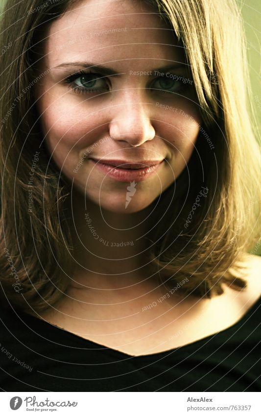 Portrait von Mimi elegant Stil schön Junge Frau Jugendliche Haare & Frisuren Gesicht 18-30 Jahre Erwachsene T-Shirt brünett langhaarig beobachten Lächeln Blick