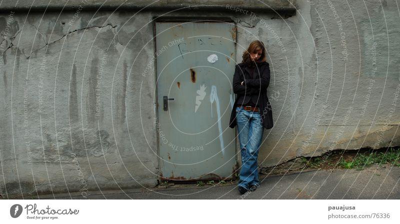 Missing wide Gedeckte Farben Außenaufnahme Zentralperspektive Blick nach unten Frau Erwachsene Tür Jeanshose Rost Denken Traurigkeit warten dreckig grau Trauer