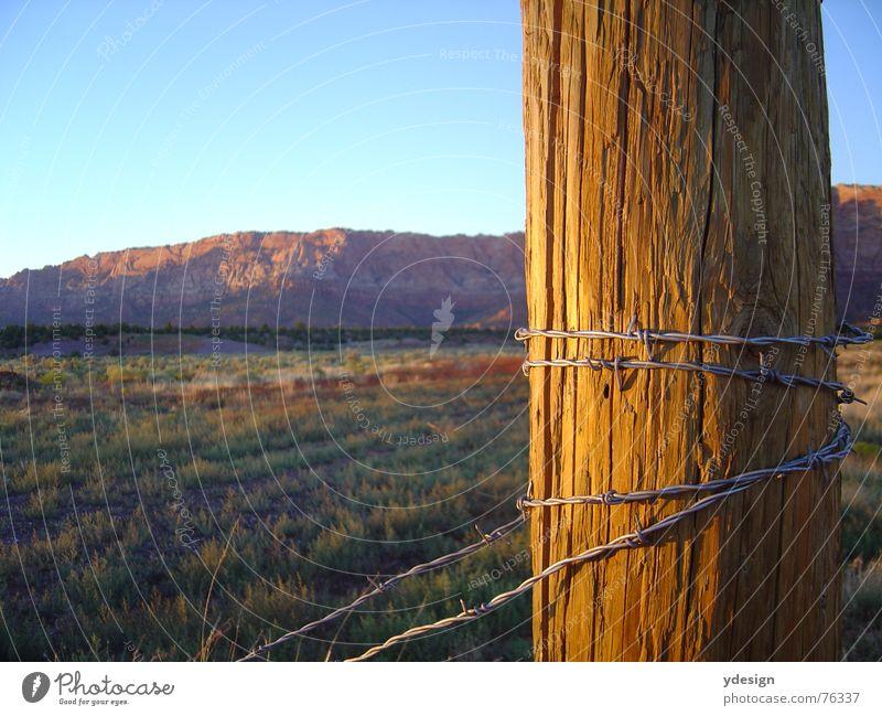 Land der unbegrenzten Möglichkeiten Amerika Kalifornien Steppe Sonnenuntergang Zaun Stacheldraht USA Wüste Himmel Abend